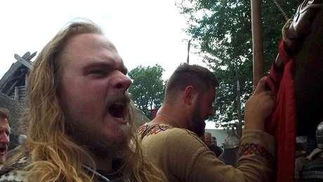 Bracey lidera um grupo britânico de vikings chamado Uflag