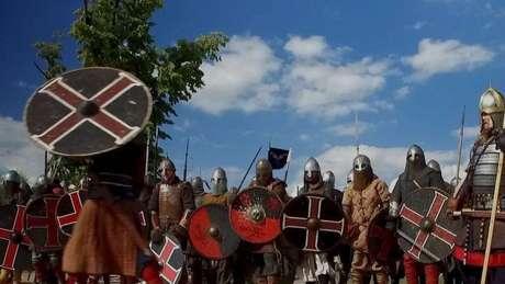 Para alguns homens, fazer parte dos vikings é uma forma de liberar a energia agressiva que cultivam