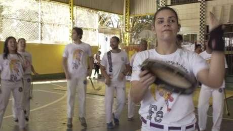 'O pastor com berimbau chega aonde o pastor de terno não chega', diz a professora de capoeira Laís Dutra