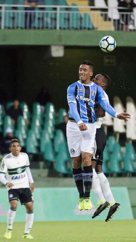 Partida em Curitiba teve nível técnico baixo. Grêmio aproveitou única chance criada com a boa rolando. (Guilherme Artigas Agência Lancepress!)