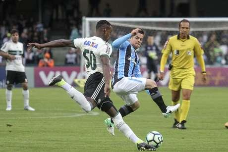 Ramiro, neste lance dividindo uma bola com o adversário, marcou o gol da vitória do Grêmio.