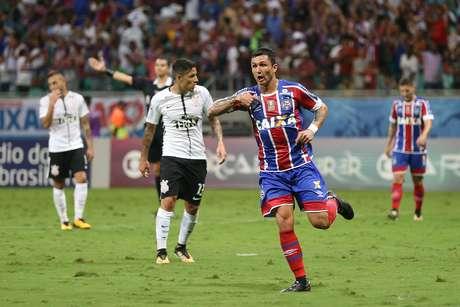 Vinicius comemora o gol que abriu o placar da partida em Salvador.