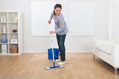 Antes de passar o pano na casa, você precisa guardar todos os objetos que estiverem fora do lugar