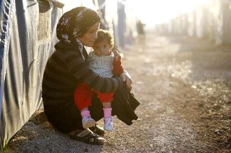 Refugiada curda segura criança em campo de refugiados na cidade de Suruç, na Turquia