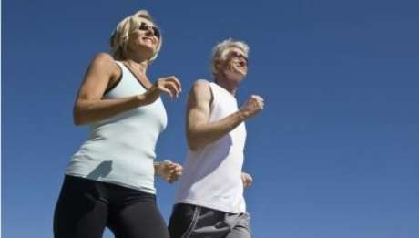 Idosos exercícios caminhada - Foto: Thinkstock