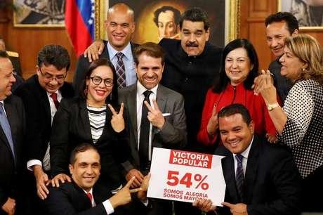 Maduro posa com governadores eleitos no Palácio Miraflores em Caracas