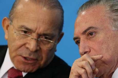 Ministro da Casa Civil, Eliseu Padilha (E), ao lado do presidente Michel Temer, durante cerimônia em Brasília 12/09/2017 REUTERS/Adriano Machado