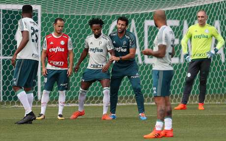Valentim orienta jogadores durante treino nesta semana - FOTO: Cesar Greco
