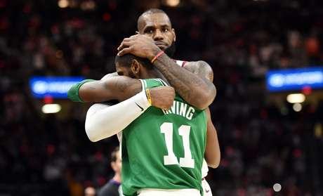 LeBron James e Kyrie Irving, ex-companheiros de Cleveland Cavaliers, se abraçam no final do confronto.