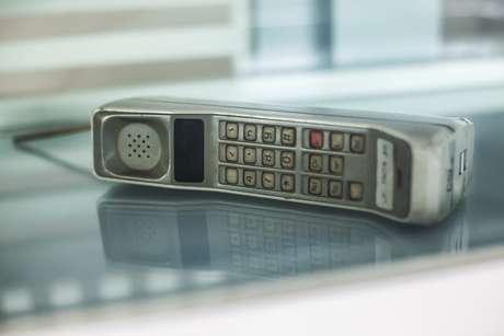 Em 1983, o mundo viu o primeiro celular: um Motorola Dyna TAC 8000X (foto).