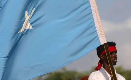 Manifestante segura bandeira da Somália durante protesto contra grupo militante Al Shabab em Mogadíscio 18/10/2017 REUTERS/Feisal Omar