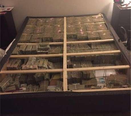 O dinheiro escondido sob colchão
