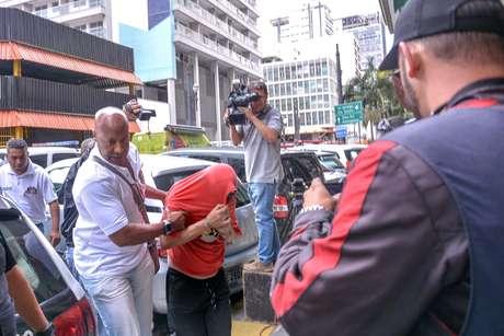 Preso durante a operação Luz da Infância chega à sede do Departamento de Homicídios e Proteção à Pessoa (DHPP), em São Paulo (SP), na manhã desta sexta-feira (20). A operação vista combater a pedofilia em 24 estados e no Distrito Federal.