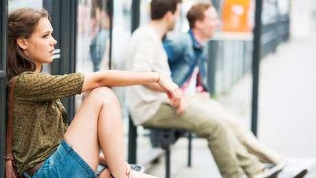 Garota no ponto de ônibus