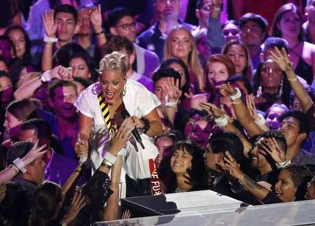 Cantora Pink canta no MTV Video Music Awards em Inglewood, na Califórnia  27/08/2017      REUTERS/Mario Anzuoni