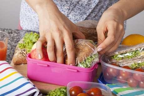 Planeje um cardápio semanal e escolha um dia para preparar os alimentos com calma e armazená-los em potes
