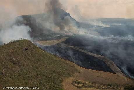 Imagens aéreas mostram mancha negra causada pelo fogo na região | Foto: Fernando Tatagiba/ICMBio