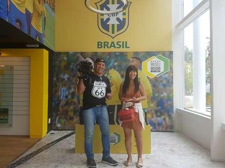 Kiyomi Nakamura, nesta foto com o cinegrafista Jorge Ventura, faz a cobertura da Seleção Brasileira desde 2001 para veículos jornalísticos do Japão.