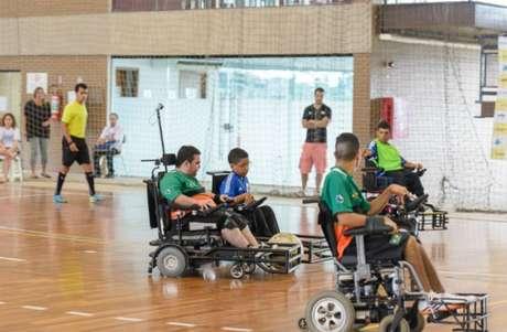 O futebol em cadeira de rodas, também chamado de Power Soccer, reúne competidores de todos os sexos (Crédito: Divulgação)