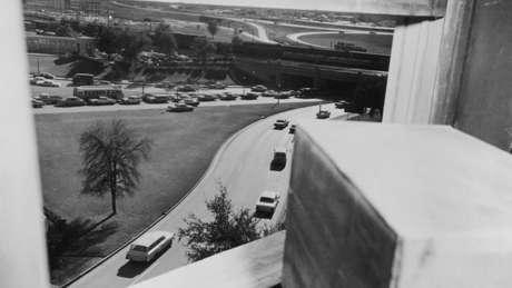 Vista do 6º andar do depósito de livros em Dallas, de onde Oswald teria atirado
