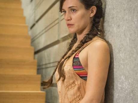 Clara (Bianca Bin) cai da escada durante novas agressões de Gael (Sergio Guizé), no capítulo que vai ao ar sábado, dia 28 de outubro de 2017, na novela 'O Outro Lado do Paraíso'