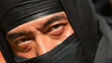 Homem vestido de ninja