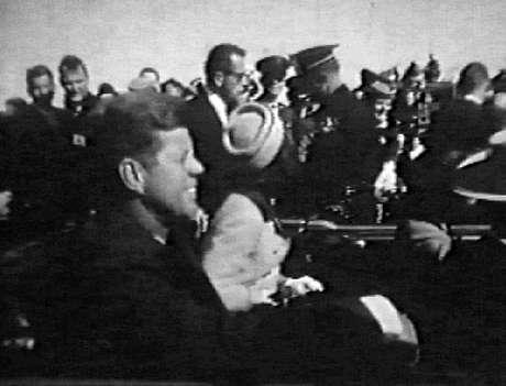 John F. Kennedy e Jacqueline Kennedy (de costas) momentos antes do assassinato do presidente dos Estados Unidos em Dallas, cidade do Texas, em 22 de novembro de 1963.