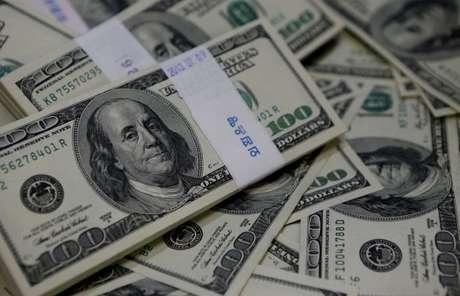 Foto ilustrativa de notas de 100 dólares 02/08/2013 REUTERS/Kim Hong-Ji