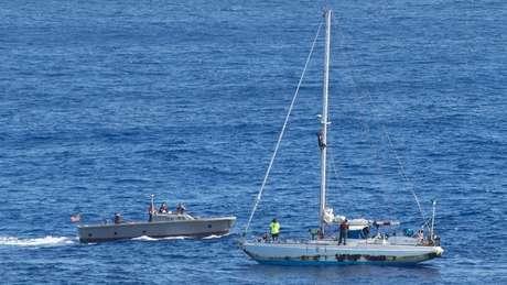 USS Ashland chegou para dar suporte às velejadores um dia após alerta emitido por navio de pesca