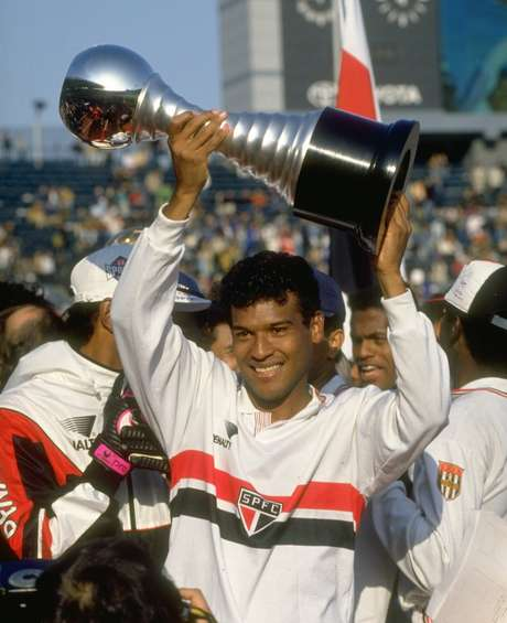 Muller levanta o troféu do Mundial de Clubes conquistado pelo São Paulo em 1992 após vitória sobre o Barcelona, no Japão.