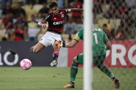 Flamengo criou chances, como esta com Lucas Paquetá, mas não conseguiu superar o goleiro vascaíno Martin Silva.
