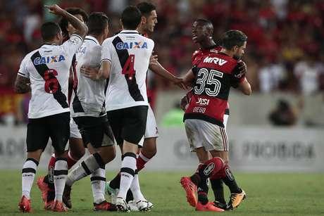 Clássico carioca foi equilibrado e teve lances de tensão entre os jogadores, como neste em que o jovem atacante rubro-negro Vinicius Júnior discutiu com os jogadores do Vasco.