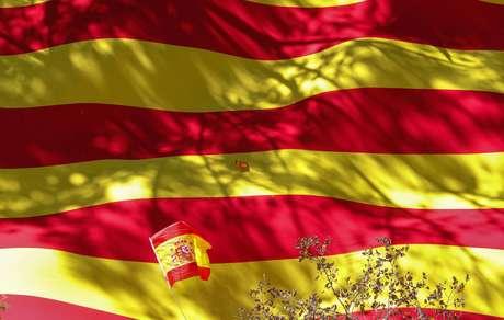 Bandeira da Espanha é estendida em manifestação em Barcelona