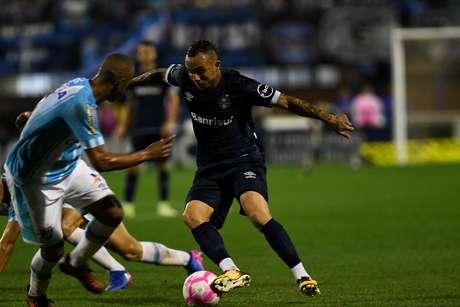 Everton, do Grêmio, tenta passar pela defesa do Avaí.