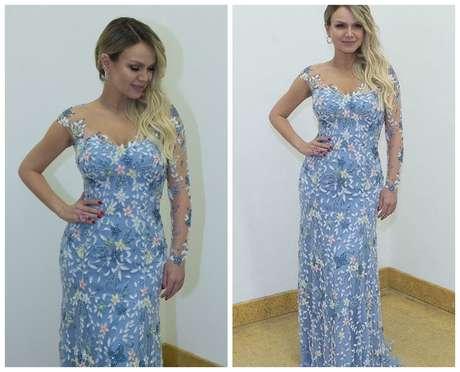 Eliana de vestido azul bordado