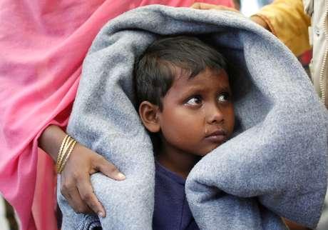 Refugiado rohingya, que estava em um barco que naufragou a caminho de Bangladesh, espera para ser transportado para campo de refugiados, perto de Cox's Bazar 31/10/2017 REUTERS/Adnan Abidi
