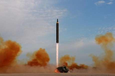 Lançamento de míssil Hwasong-12 pela Coreia do Norte em foto divulgada pela KCNA 16/09/2017 KCNA via REUTERS
