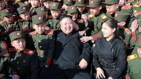 Kim Jong-Un, a mulher e crianças.