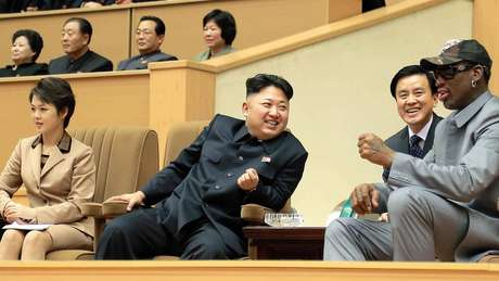 Kim Jong Un, Ri Sol Ju e o jogador de basquete Dennis Rodman.