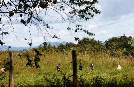 Agentes policiais patrulham fazenda Santa Lucia, onde um ativistas sem terra foram mortos no município de Pau D'Arco, no Estado do Pará 25/05/2017 REUTERS/Lunae Parracho