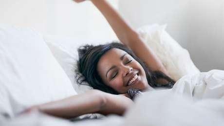 Mulher acorda após uma boa noite de sono