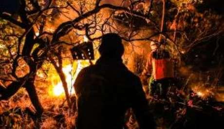 Voluntários e brigadistas combatem fogo na Chapada dos Veadeiros