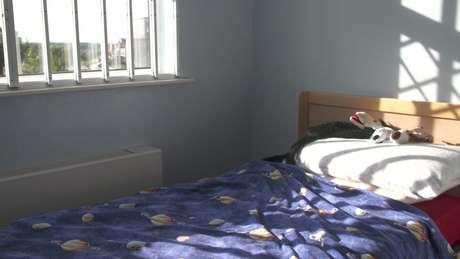 Quarto de Elliot com grades na janela