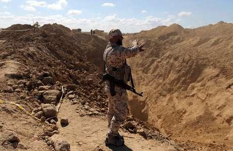 Membro das forças de segurança palestinas busca por militantes depois que Israel explodiu um túnel fronteiriço, na Faixa de Gaza 03/11/2017 REUTERS/Ibraheem Abu Mustafa