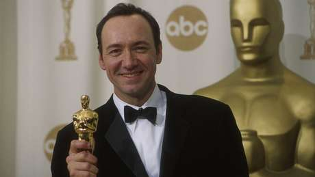 Kevin Spacey segura estatueta do Oscar em 2000