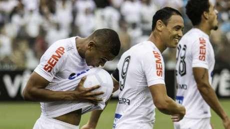 16a832827c856 David Braz beija a bola na comemoração do segundo ...