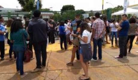 Alunos aguardam abertura dos portões dos locais de prova do Enem 2017 em Brasília