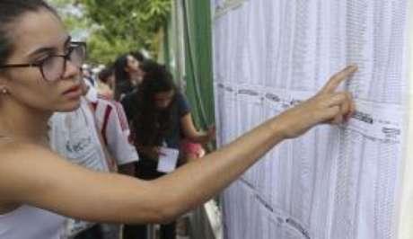 Brasília - Candidatos consultam local da prova no primeiro dia do Enem 2017 (Valter Campanato/Agência Brasil)