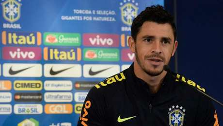 Diego Souza chega a Paris e se apresenta à seleção brasileira