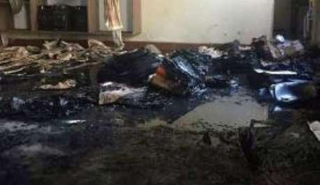 Janaúba (MG) - A sala onde os alunos estavam tem grades na janela e teto de PVC, uma espécie de material plástico, também inflamável